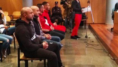 Los hermanos Sandulache y otros dos componentes de su clan, durante el juicio.
