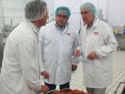 Un directivo de la empresa Noel muestra sus instalaciones, ayer, a Francesc Gambús y Josep Antoni