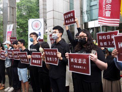 Representantes de la sociedad civil en Taipéi se manifiestan contra la ley china de Seguridad Nacional para Hong Kong.