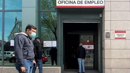 Varias personas esperan en las inmediaciones de una oficina del SEPE de la Comunidad de Madrid.