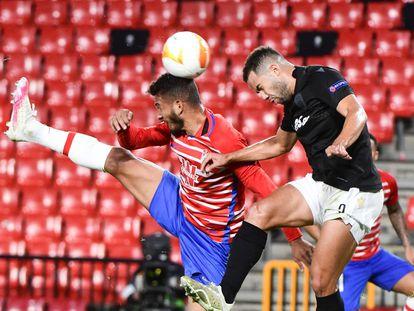Luis Suárez pelea el balón con Alves, del PAOK.