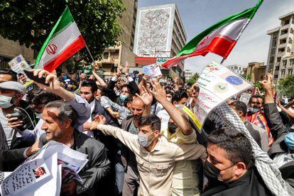 Simpatizantes de Ahmadineyad se reúnen frente a la sede del Ministerio del Interior en la capital, Teherán, este miércoles.
