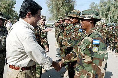 Federico Trillo saluda, en Diwaniya, a las tropas nicaragüenses que forman parte de la Brigada Plus Ultra.   / EFE