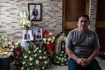 José María Bautista, frente al altar dedicado a su hijo Mario Alberto Bautista Sánchez en su casa de Ciudad de México.