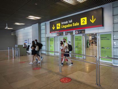 Varios viajeros llegan al aeropuerto Adolfo Suárez Madrid Barajas.