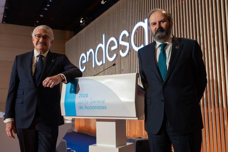 El consejero delegado de Endesa, José Bogas (izq.), y su presidente, Juan Sánchez Calero, en la junta de 2020, este martes.