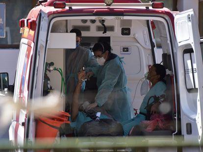 Pacientes reciben atención médica en una ambulancia frente al Asa Norte Hospital, en Brasilia.