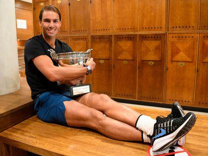 Rafa Nadal posa este domingo con la Copa de los Mosqueteros en París tras haber derrotado a Djokovic en su 13ª final de Roland Garros.