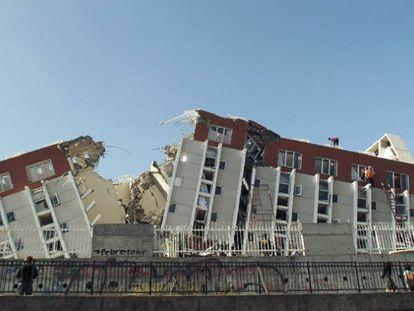 Un equipo de bomberos revisa un edificio en búsqueda de víctimas en la ciudad chilena de Concepción, a unos 100 kilómetros al sur del epicentro del terremoto del 27 de febrero de 2010.