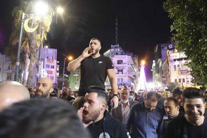 Manifestación para exigir la celebración de las elecciones palestinas, la noche del jueves  en Ramala (Cisjordania).