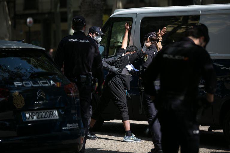 Agentes de la Policía Nacional cachean en Barcelona a un ciudadano antes de detenerlo el pasado 17 de abril.