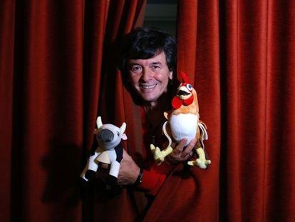 Roberto Daniel 'Kuky' Pumar, productor argentino, este miércoles en un hotel de Madrid con la vaca Lola y el gallo Bartolito.