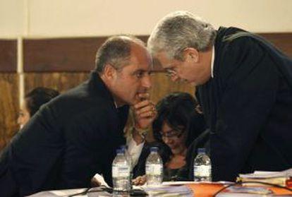 Camps conversa con su letrado, Javier Boix, durante la segunda jornada del juicio.