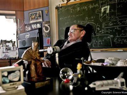 El científico británico exploró el corazón de los agujeros negros e hizo contribuciones importantes para unificar la teoría cuántica y la relatividad