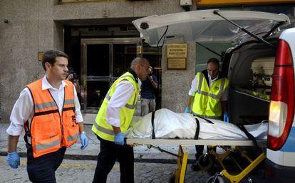 El cadáver de la mujer asesinada en Ourense es retirado de su domicilio, el pasado miércoles.
