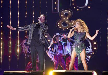Los cantantes mexicanos Raymix y Paulina Rubio, en los premios Billboard de la Música Latina el miércoles.