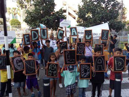 Un grupo de menores durante una concentración en Lima, el jueves.