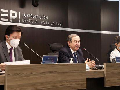 Los magistrados Óscar Parra, Eduardo Cifuentes y Nadiezhda Natazaha Henríquez, de la Jurisdicción Especial para la Paz (JEP), durante una conferencia de prensa, en Bogotá.