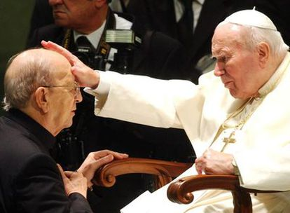 El fundador de los Legionarios de Cristo, Marcial Maciel, recibe la bendición del Papa Juan Pablo II