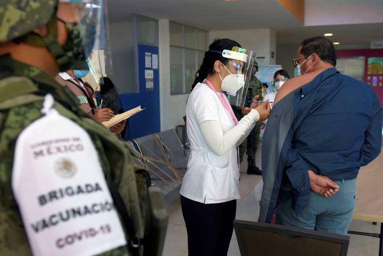 Personal de salud recibe la dosis de la vacuna contra la COVID-19, este miércoles en el Hospital de Salud en la ciudad de Cuernavaca en el estado de Morelos (México).