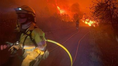 Los bomberos durante las labores de extinción del fuego de Azuébar, en una imagen del consorcio de Castellón.