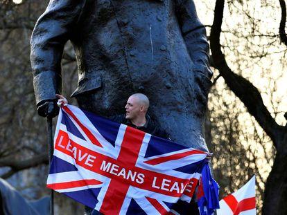 Un manifestante a favor del Brexit se sube el pasado viernes a una estatua de Churchill en Londres.