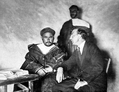 Abdelkrim, el legendario caudillo rifeño (antes fue periodista y juez), entrevistado por un periodista español en 1922.