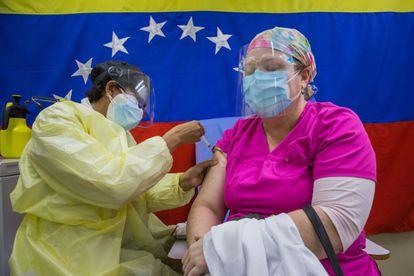 Una persona es vacunada durante un día de vacunación en Caracas.