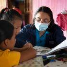 Adriana López da clase a Michelle en su casa de Cascales (Sucumbíos, Ecuador).