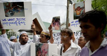 Miembros de la etnia rohingya protestan ante un edificio de la ONU contra la violencia en el Estado de Rajine, oeste de Myanmar (antigua Birmania).