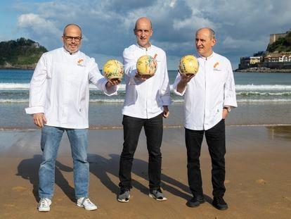 Los cocineros Jordi Vilà, Aitor Arregi y Paco Pérez, galardonados con tres soles Repsol, en la playa de la Concha, en San Sebastián.