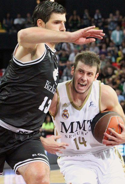 Banic (izquierda) defiende la entrada de Velickovic.