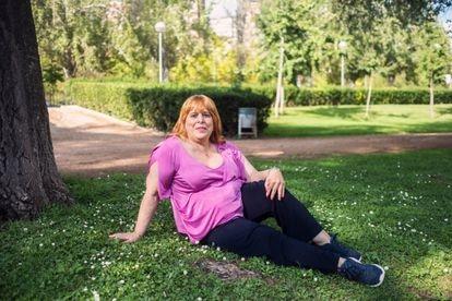 Susana Linares (67 años), paciente de la Unidad de Identidad de Género, fotografiada en un parque del barrio del Pilar de Madrid.