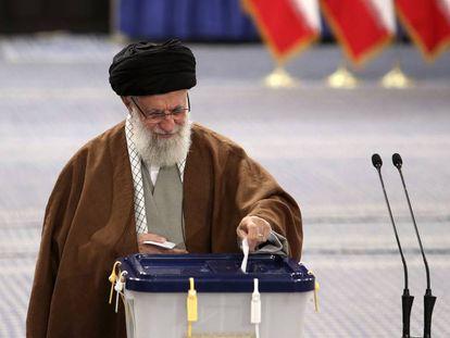 El líder supremo de Irán, Alí Jamenei, vota este viernes en Teherán.