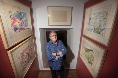 Antonio Lara, comisario de Cultura de Villa del Río, entre obras de Beppo en la Casa de las Cadenas de la localidad cordobesa.