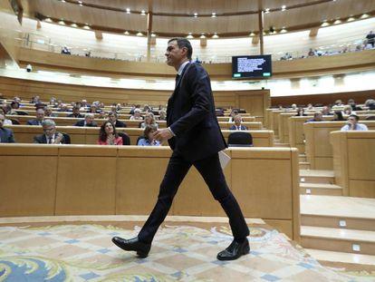 El presidente Pedro Sánchez abandona el Senado al término de su intervención.