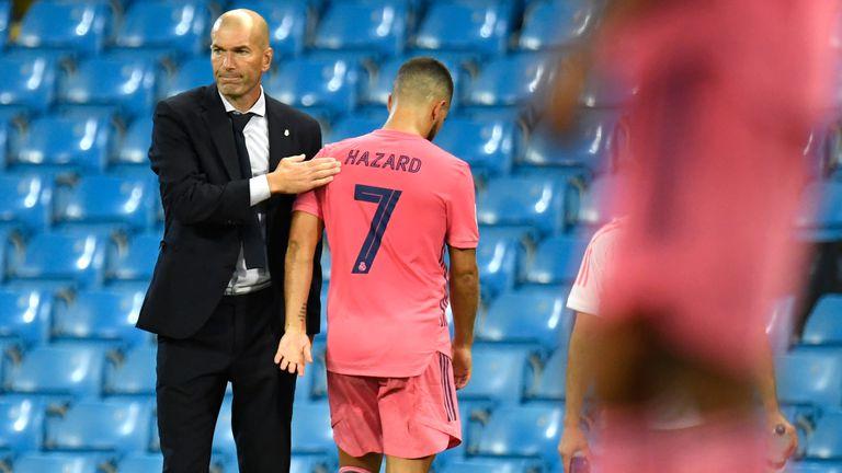Zidane reconforta a Hazard en un partido de la Liga de Campeones.