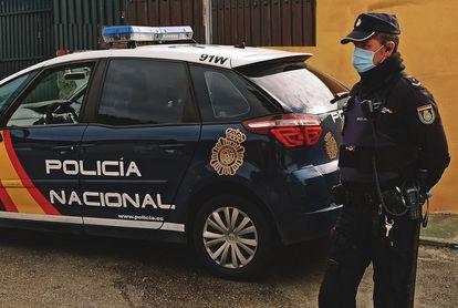 Un agente de la Policía Nacional en Málaga, en una imagen de archivo.