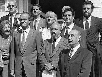 Fotografía tomada el 19 de septiembre de 1990, en la que aparece Juan Carlos I con los miembros de la junta directiva de la sociedad asturiana Amigos de la Avellana, entre quienes figuran Jesús Ortiz (arriba a la derecha, con barba).