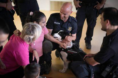 Mai, una perra policía, participa en un taller de los Mossos con niños con parálisis cerebral.