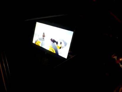 Un televisor encendido en el asiento trasero de un coche en Navarra. FOTO: POLICÍA FORAL | VÍDEO: ATLAS