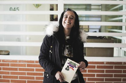Susana Llera, reclusa en la prisión de Estremera, muestra 'El perfume'.