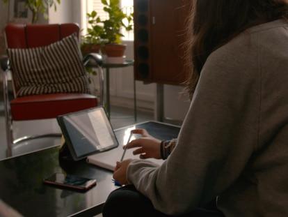 Una alumna sigue sus clases a través del ipad. En vídeo, las clases virtuales durante la crisis sanitaria.
