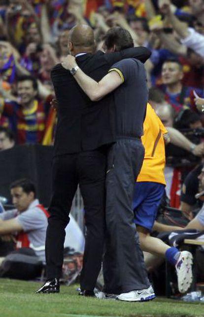 Guardiola se abraza con Tito Vilanova.