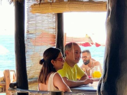 Hugo López-Gatell en un restaurante de una playa de Oaxaca.