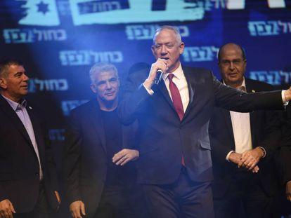 El general israelí y cabeza de lista de Azul y Blanco, Benny Grantz habla ante sus seguidores de partido, en Tel Aviv.