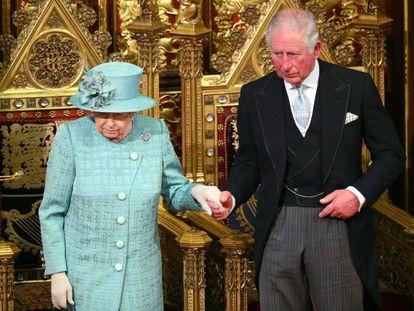 Isabel II abandona este jueves el Palacio de Westminster, acompañada de su hijo Carlos de Inglaterra