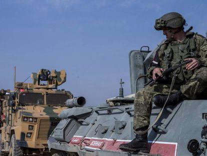 Patrulla conjunta turco-rusa, el viernes en Darbasiye (norte de Siria).