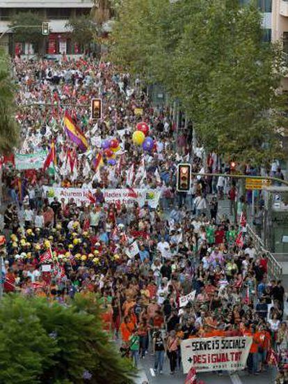 Miles de personas se han manifestado esta tarde en Palma de Mallorca contra los recortes de prestaciones sociales y derechos laborales y para exigir al Gobierno que consulte a la ciudadanía sobre su política de reducción del déficit.