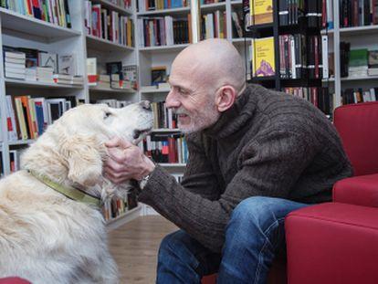 Alejandro Palomas nos presenta a Rufo, la mascota que lleva con el 13 años y que le ha acompañado en muchos de los éxitos de su carrera literaria...